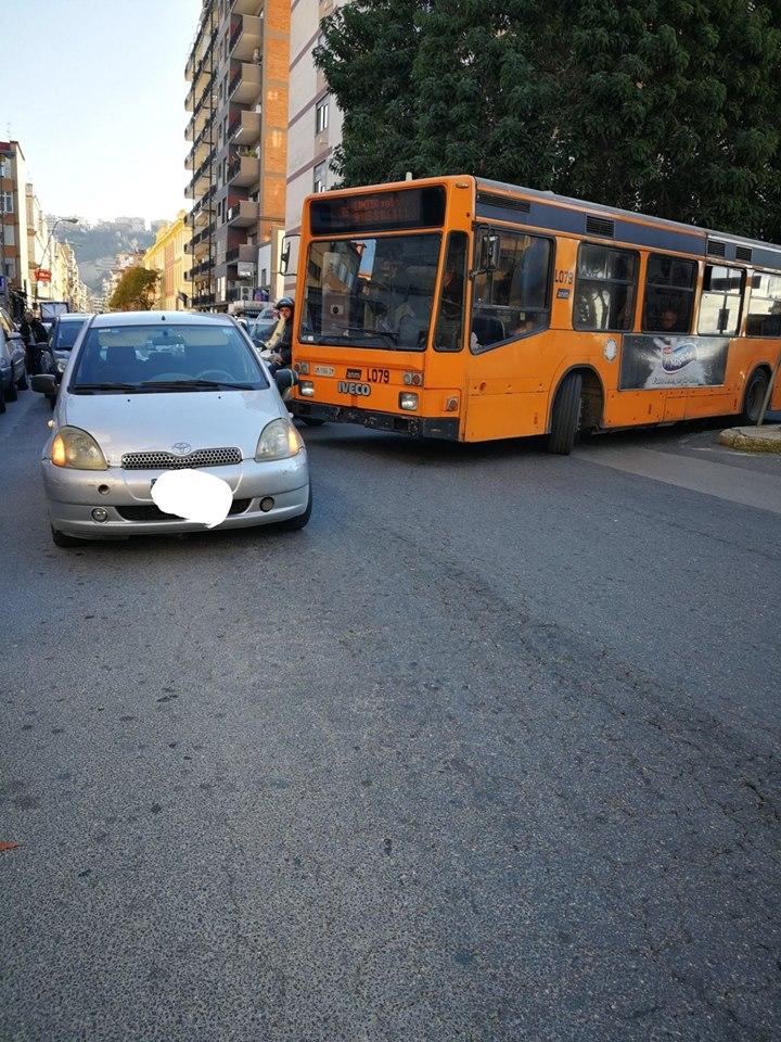 Dillo a Road Tv Italia: auto in doppia fila ferma il bus e blocca il traffico a Fuorigrotta