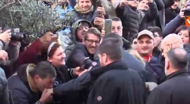 Salvini ad Afragola, sostenitore gli bacia la mano