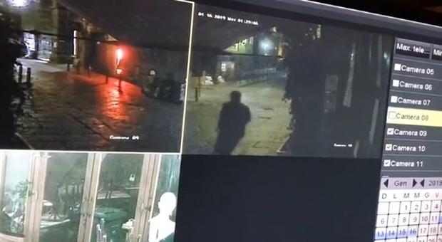 Bomba fuori la pizzeria Sorbillo, l'attentatore ripreso dalle telecamere | VIDEO
