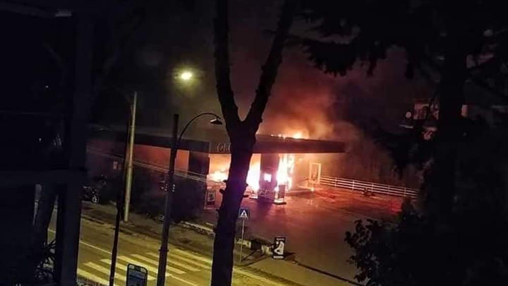 Boato nella notte a Napoli, esplode distributore di benzina: l'incendio è doloso