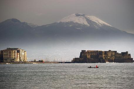 Maltempo a Napoli: la neve torna a imbiancare il Vesuvio