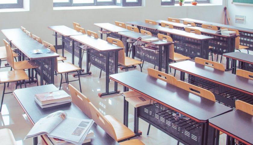Salerno, 13enne tenta il suicidio a scuola