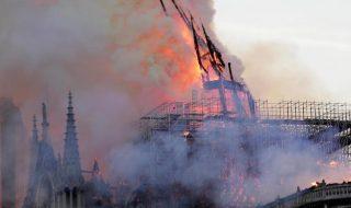 Un terribile incendio devasta la cattedrale di Notre Dame a Parigi (FOTO)