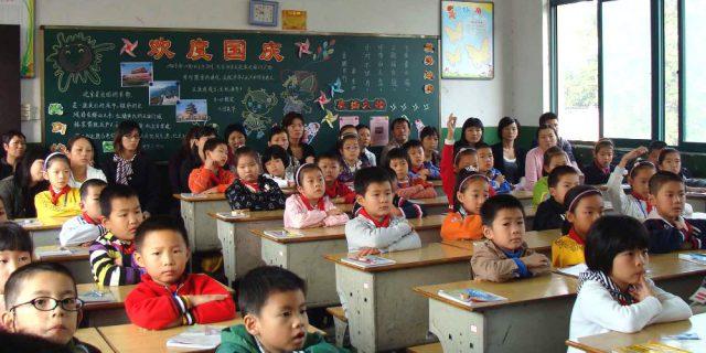 ENNESIMA TROVATA IN CINA: VIETATO DISTRARSI IN CLASSE