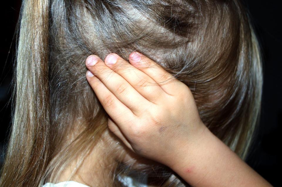 Sorelline picchiate e lasciate senza cibo, in manette i genitori