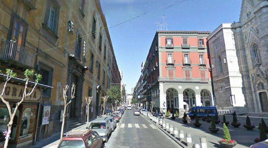 Tragedia in via Duomo, cornicione si stacca dal quinto piano di un palazzo: morto negoziante