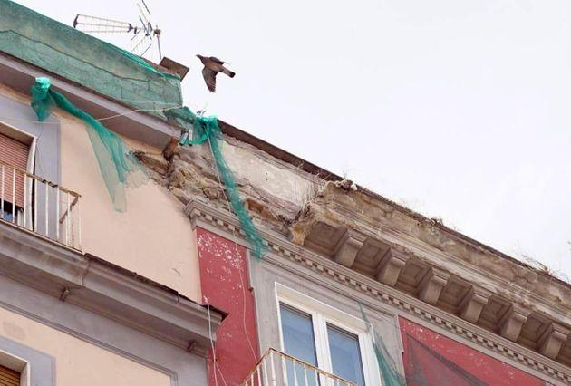 Sgomberate 30 famiglie dopo il crollo del cornicione in via Duomo