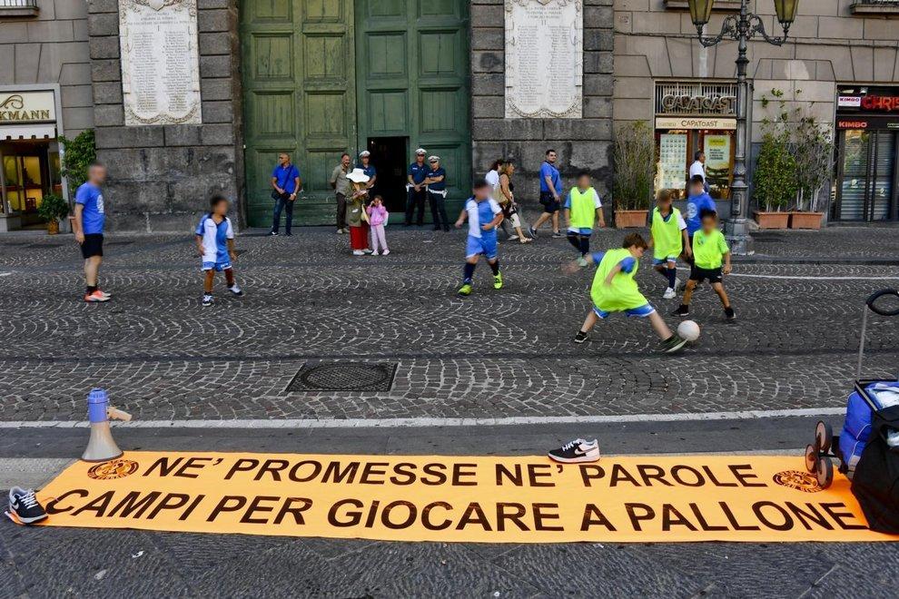 Calcetto davanti al Comune di Napoli, minori: dateci campi veri