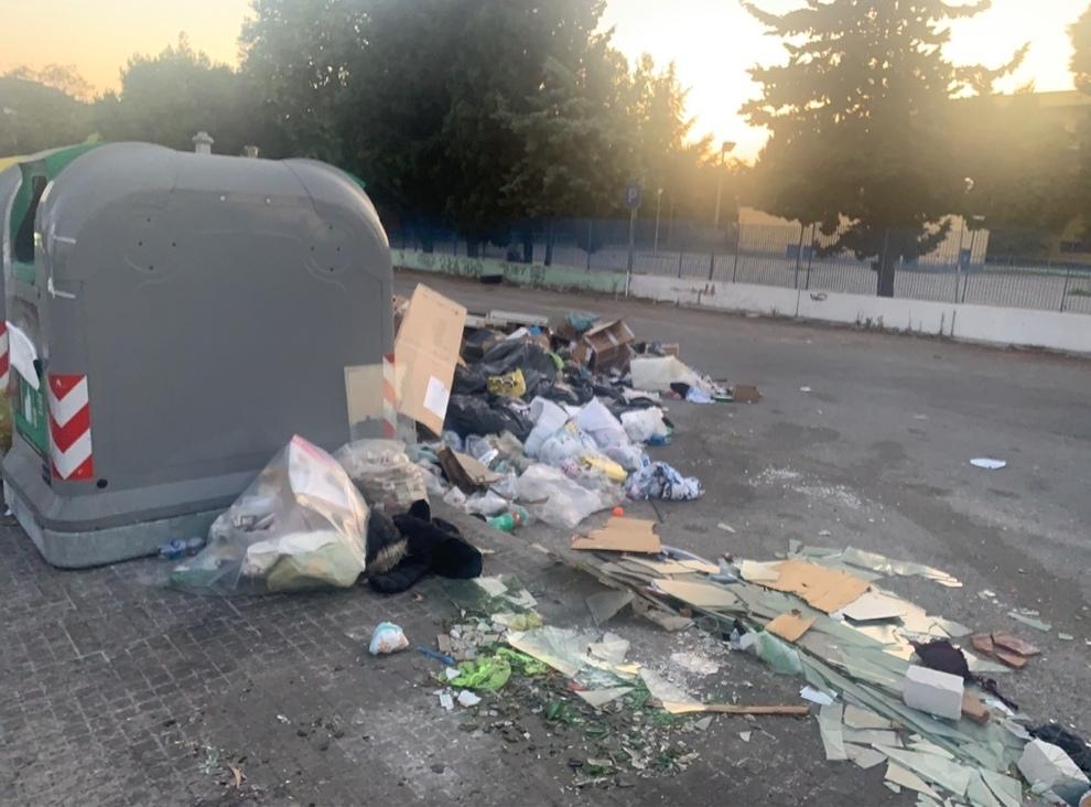 Emergenza rifiuti, il Comune di Napoli mette al bando i sacchi neri