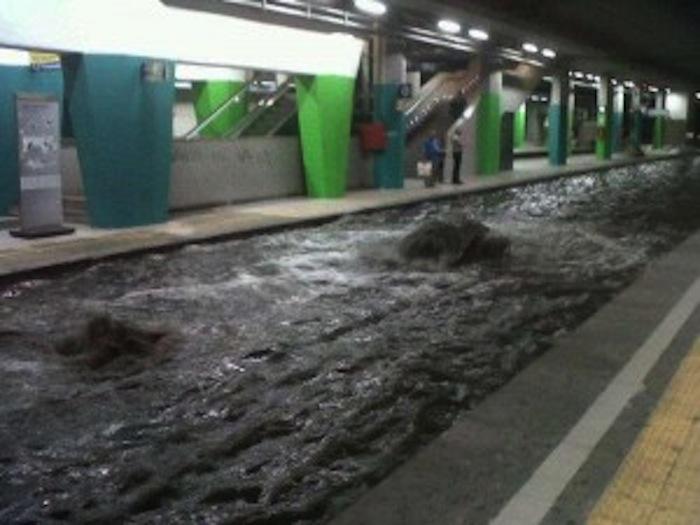 Le piogge allagano la stazione di Piazza Garibaldi: sospesa la Linea 2 della metro