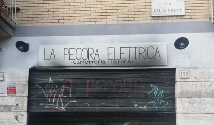 """Incendiata la libreria antifascista """"La Pecora elettrica"""" a Roma"""