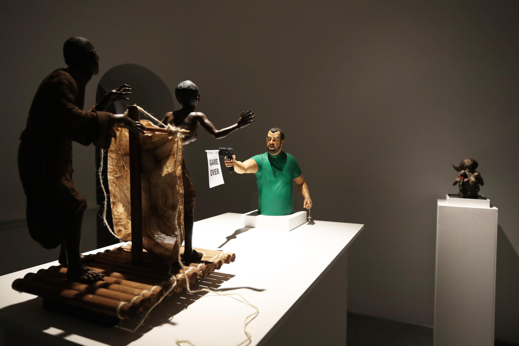 Napoli, in mostra la scultura di Salvini che spara a due immigrati