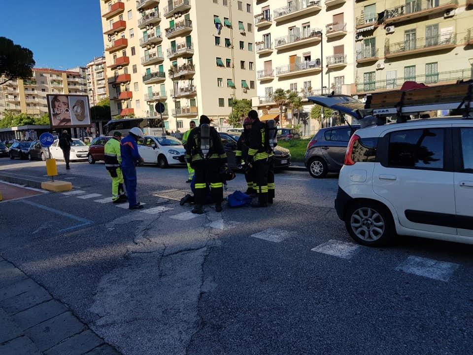 Fumo dai tombini a Viale Augusto (VIDEO)