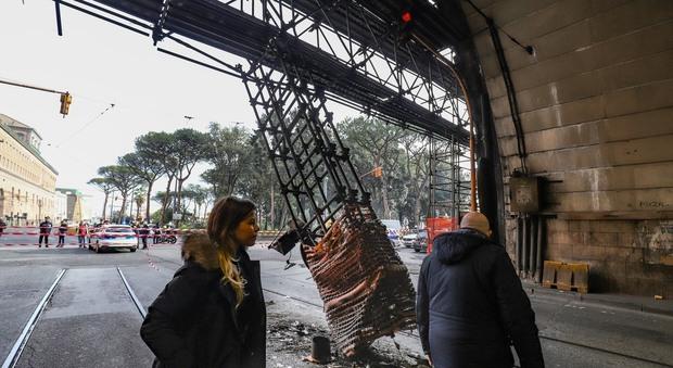 Auto contro un pilone della Galleria Vittoria: tunnel chiuso e traffico in tilt