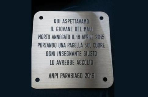 Una pietra d'inciampo al liceo per il piccolo migrante morto in mare
