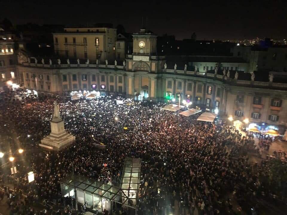 Sardine a Napoli, un pernacchio per Salvini (video)
