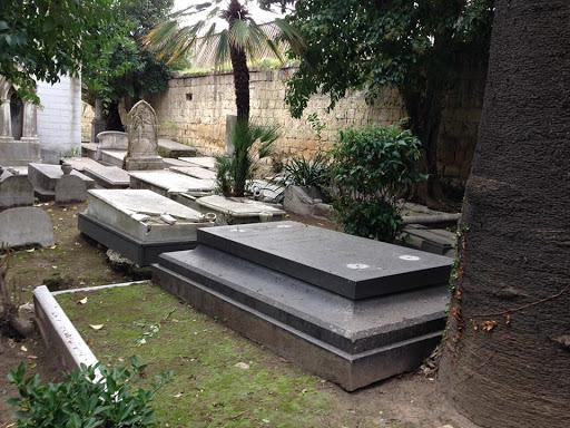 Cimitero israelitico di Napoli assalito da vandali, danneggiata la tomba di Ascarelli