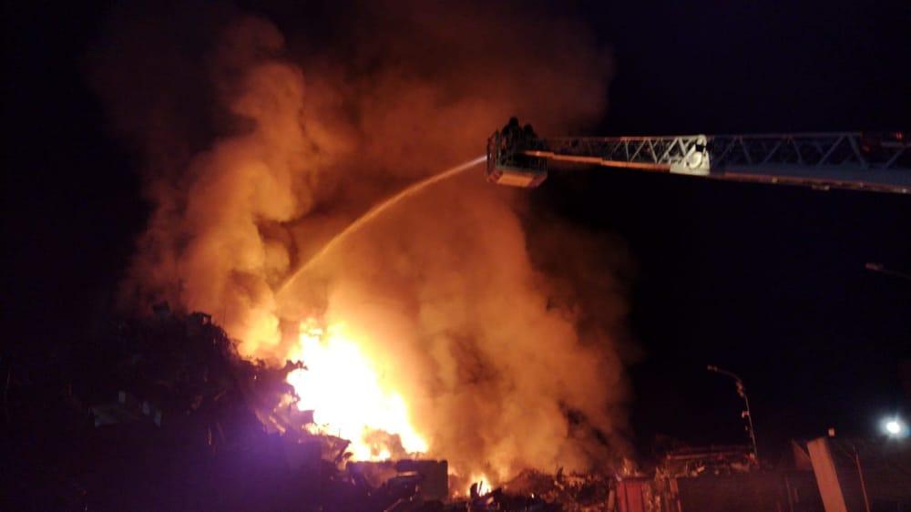 Terra dei Fuochi, nuovo disastro ambientale: a fuoco un sito di stoccaggio ad Acerra (VIDEO)