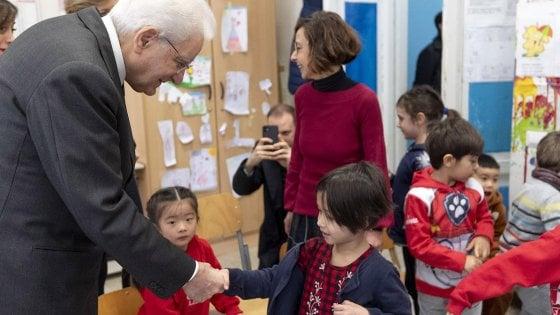 Coronavirus, il presidente Mattarella contro i pregiudizi visita una scuola con bambini cinesi
