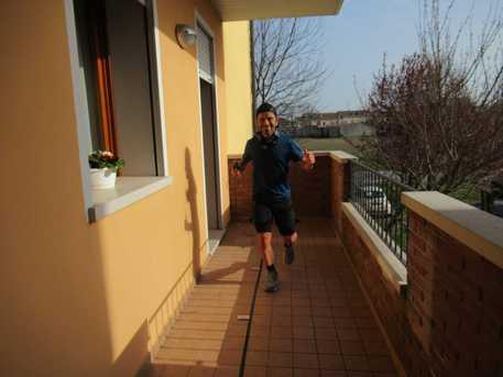 Corre 100 chilometri sul balcone di casa
