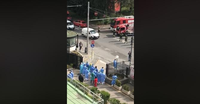 L'omaggio a sirene spiegate dei vigili del fuoco agli operatori sanitari del Cardarelli (VIDEO)