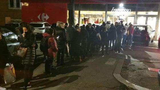 Coronavirus: a Napoli file al supermarket e signore dal coiffeur