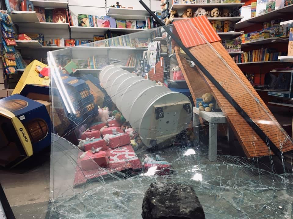 Devastata la libreria A&M Bookstore di via Duomo