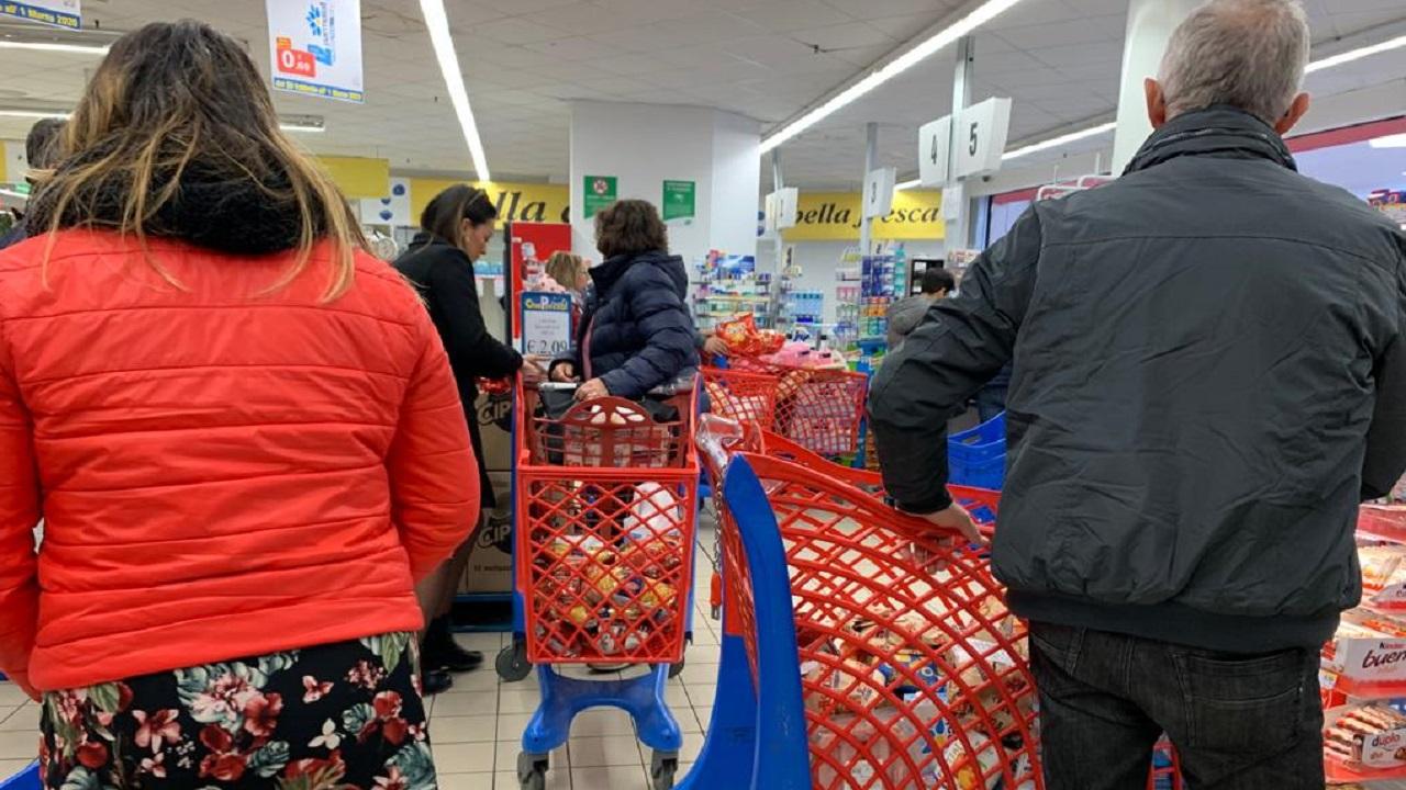 """Coronavirus, è allarme per la situazione nei supermercati: """"Noi lasciati soli e in pericolo"""""""