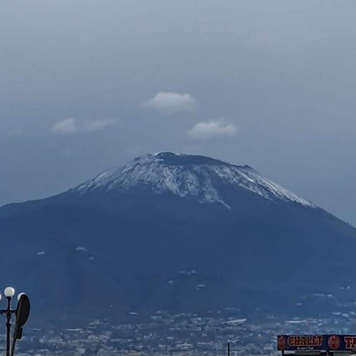 Gelo a Napoli, sulla cima del Vesuvio torna la neve