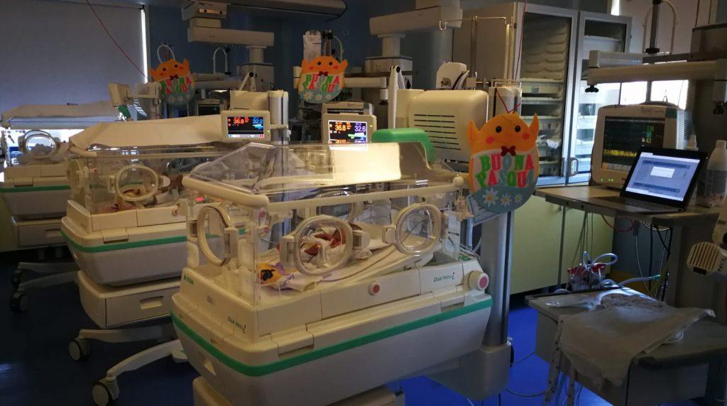 Pasqua in ospedale, copertine e addobbi a tema per la TIN del Betania
