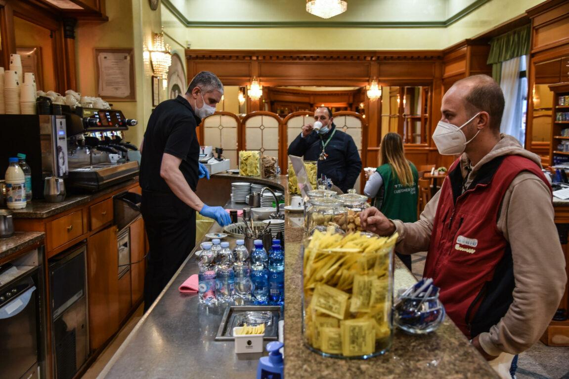 Fase 2 in Campania: caffè al bancone e pizzerie ancora solo asporto, cosa riapre e cosa no oggi