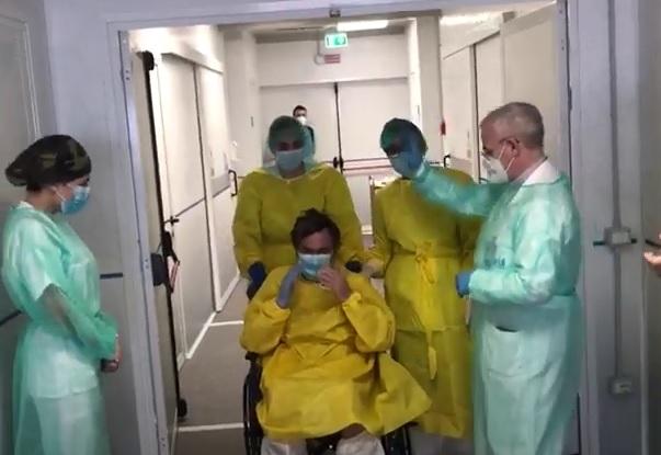 Dimesso il primo paziente del Covid Center di Napoli (VIDEO)