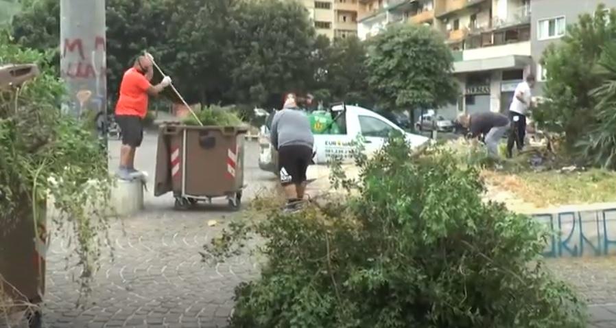 Fuorigrotta, a pulire Piazza Italia ci pensano i cittadini (VIDEO)
