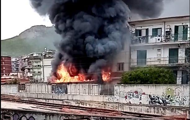 Incendio a Soccavo: spaventosa nube nera avvolge il quartiere (VIDEO)
