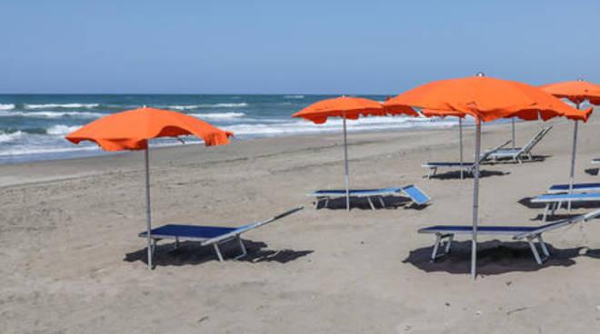 Fase 2, in spiaggia su prenotazione e ombrelloni a 5 metri di distanza