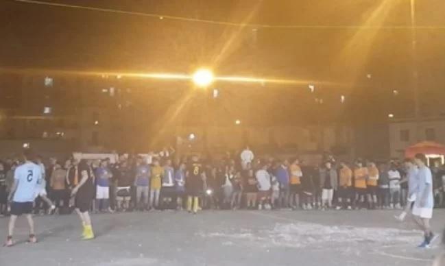 Napoli, follia in Piazza Mercato: centinaia di persone per un torneo di calcetto