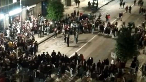 Avellino, assembramenti e cori contro De Luca: c'è anche il sindaco in piazza con i giovani