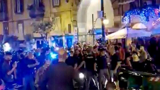 Movida, notte di tensioni in Piazza Bellini durante i controlli della Polizia: 3 arresti (VIDEO)