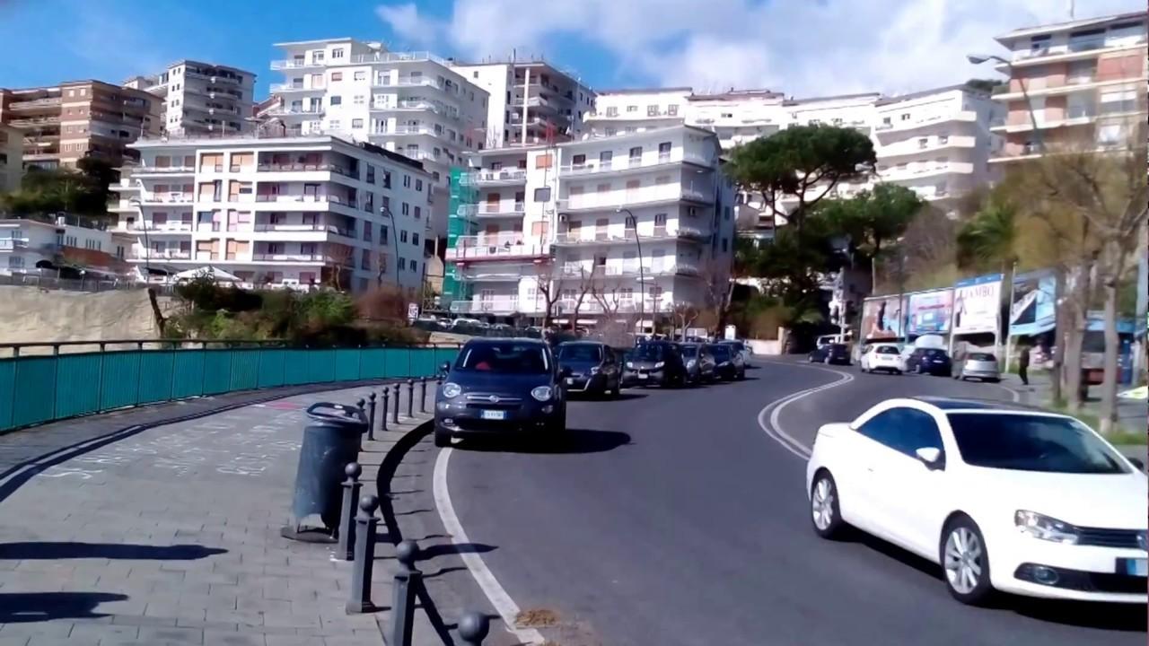 Incidente in Via Petrarca, auto sfonda la ringhiera finendo nel parco sottostante