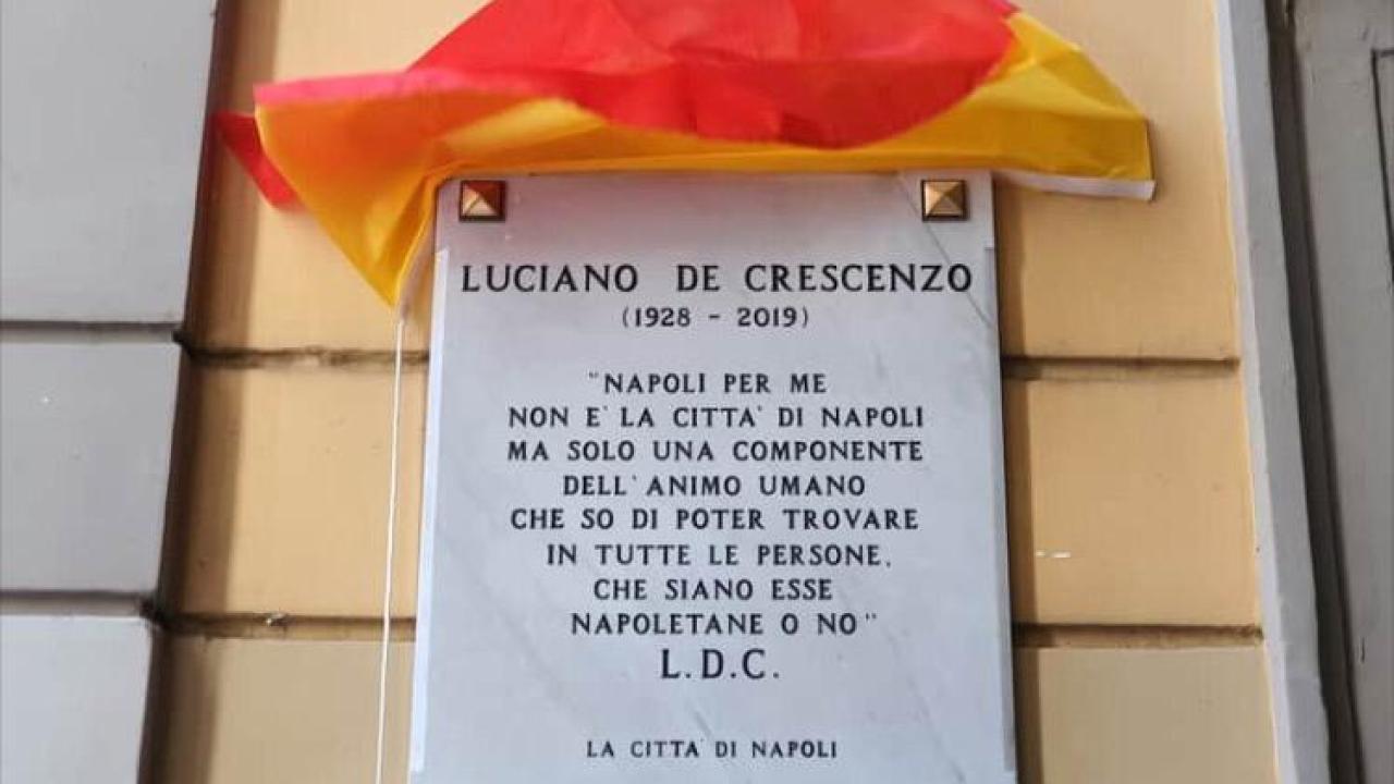 Napoli, una targa in ricordo di Luciano de Crescenzo in vicoletto Belledonne