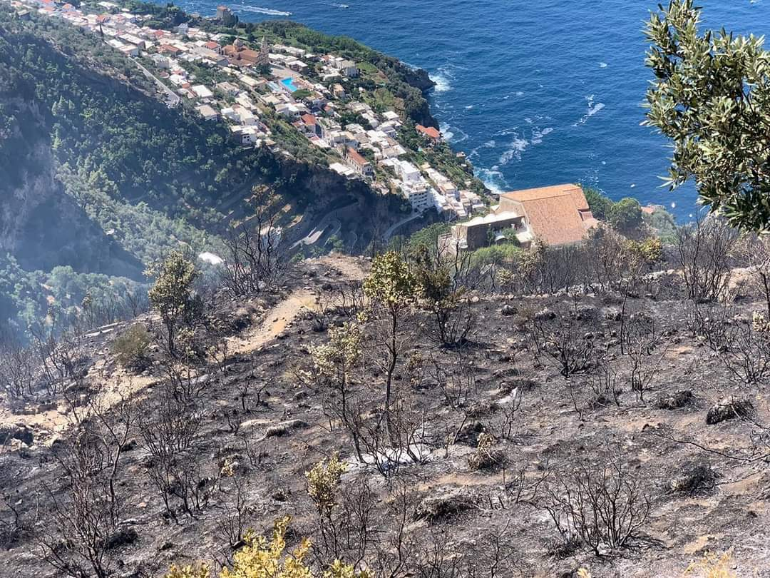 """Il Comune di Agerola chiude il """"Sentiero degli Dei"""": troppi incendi"""