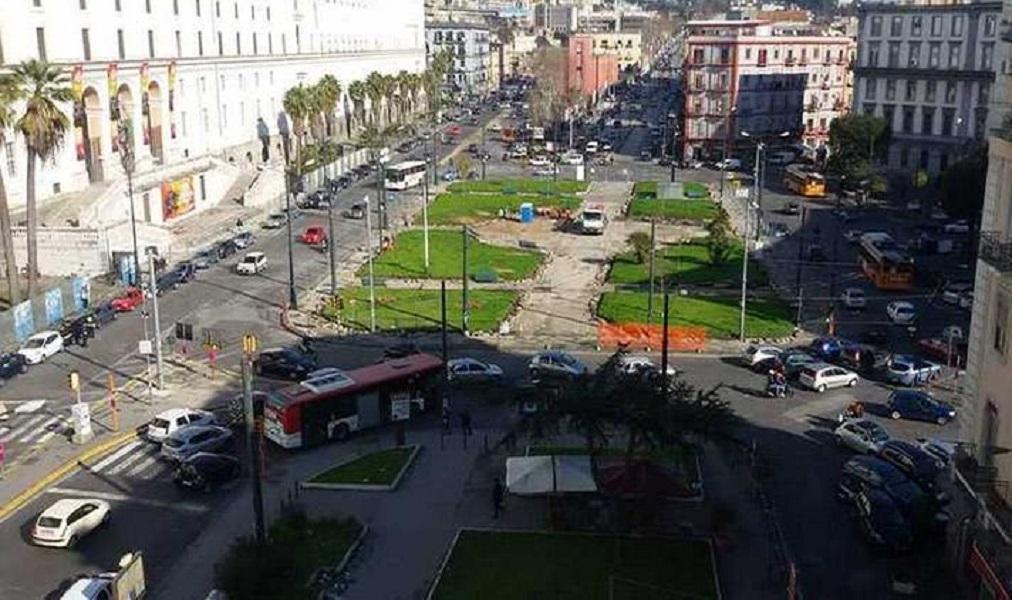 Dramma in Piazza Carlo III, due ragazzine investite da una Smart: 15enne morta sul colpo, ferita l'amica