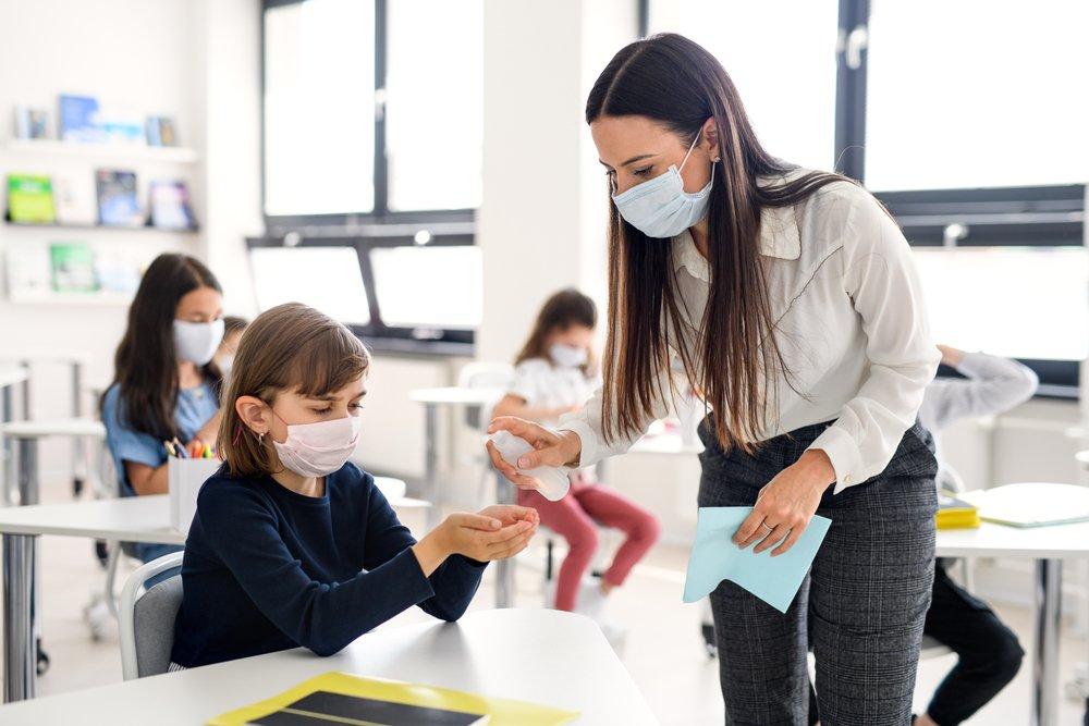 """Scuola, il parere dell'immunologa: """"Cambiare mascherina ogni 4 ore"""""""