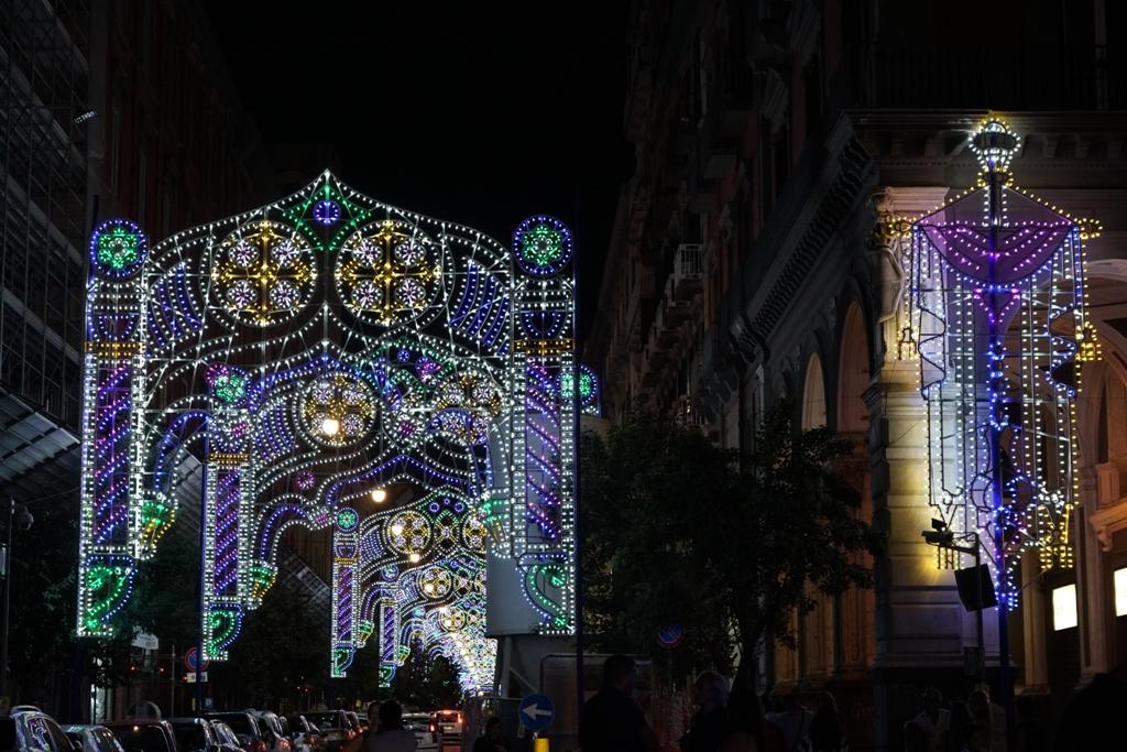 San Gennaro: si accendono le luminarie in via Duomo