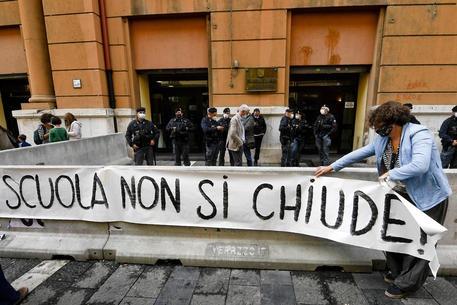Covid, a Napoli mamme in piazza contro De Luca: riapri le scuole