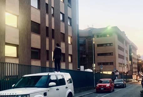 Covid: rimane sul tetto dell'auto per ore per vedere la mamma ricoverata