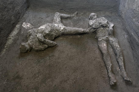 Scoperta a Pompei, ritrovati due corpi intatti