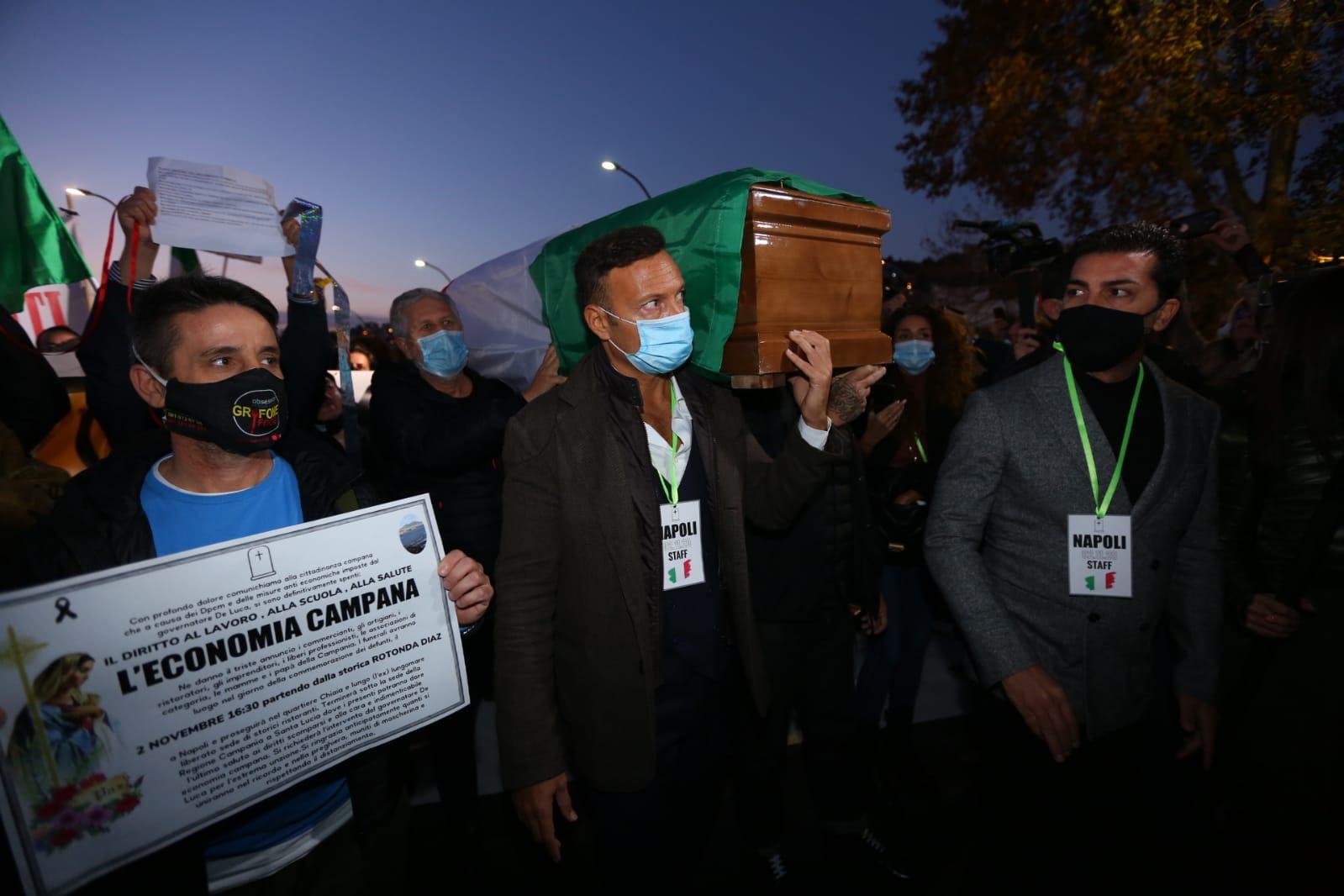 """Covid, Napoli in protesta con il """"funerale dell'economia campana"""""""