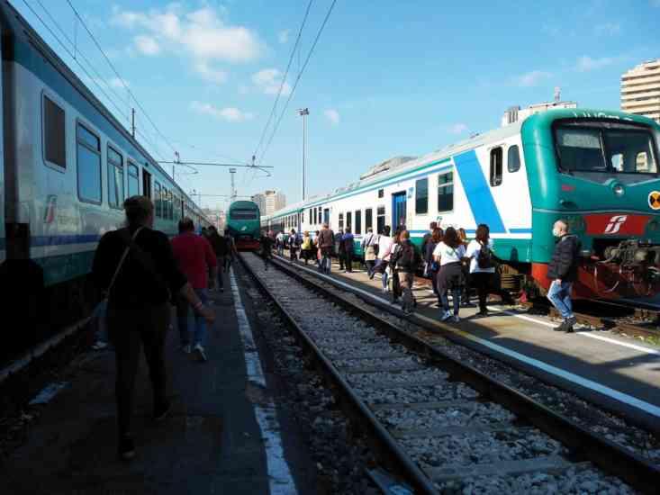 Whirlpool, lavoratori di Napoli in corteo bloccano la stazione centrale