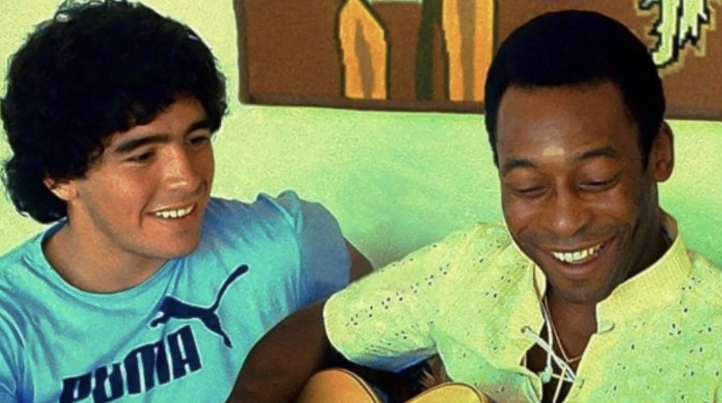 """L'addio a Maradona di Pelè commuove il web: """"Ti amo, Diego"""""""
